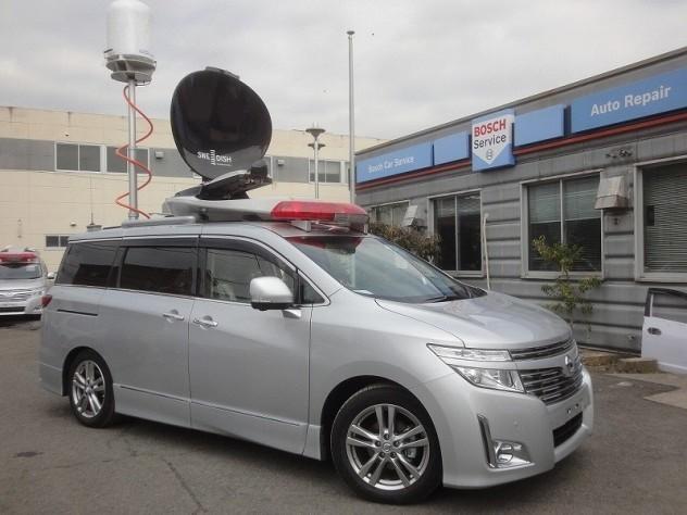 災害時の映像や情報を上空のヘリコプターから本部まで送信するシステムを小型車両に搭載した衛星中継車も作っています。