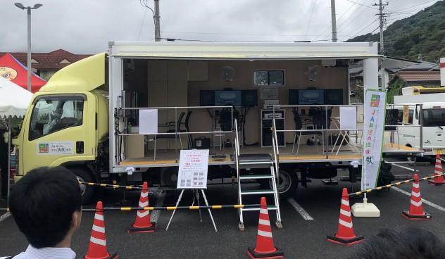 ドライブシミュレーターや適応検査などが行える機器類を装備したイベントカー