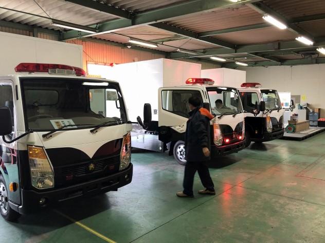 弊社の軽量化技術により総重量3.5トンを下回った身にサインカーは普通免許で運転することが可能となり現在各県警に配備されつつあります。